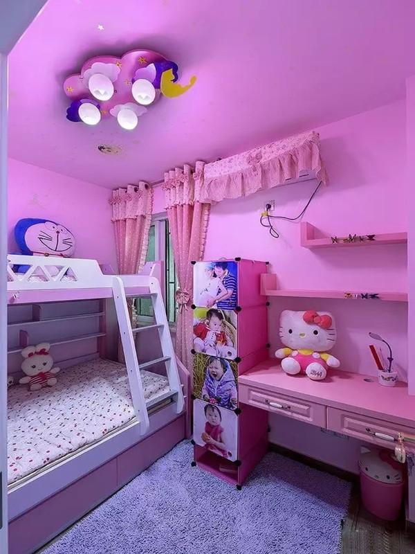 女孩的房间涂成了粉粉的糖果色,白色的床和零星的几处蓝色依旧保留地中海风格。