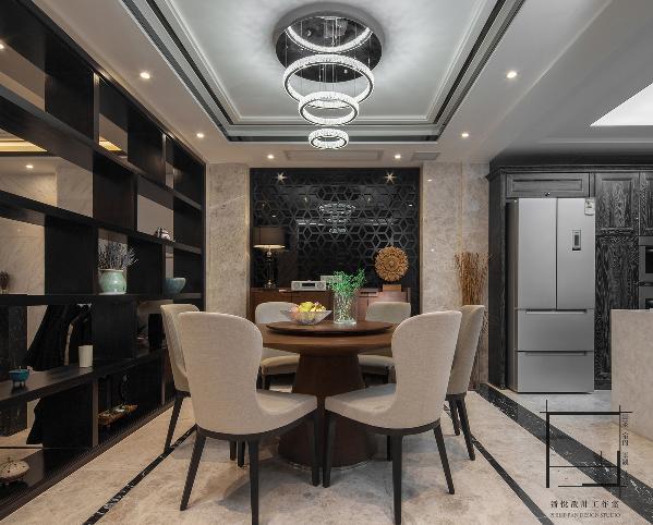 餐椅采用棉麻質地,搭配深色胡桃木顯得格外別致。