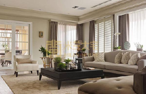 整体以灰色系为主,而在与天花板的交界线,刻意让灰色再往上蔓延一段,减少天花板的白色比重,视觉自然回到家具软装上,让人感觉更为沉稳、放松。