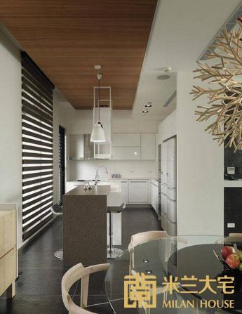 深色的吧台衔接白色的中岛,机能设备以纯净的色彩回应单纯的空间氛围。