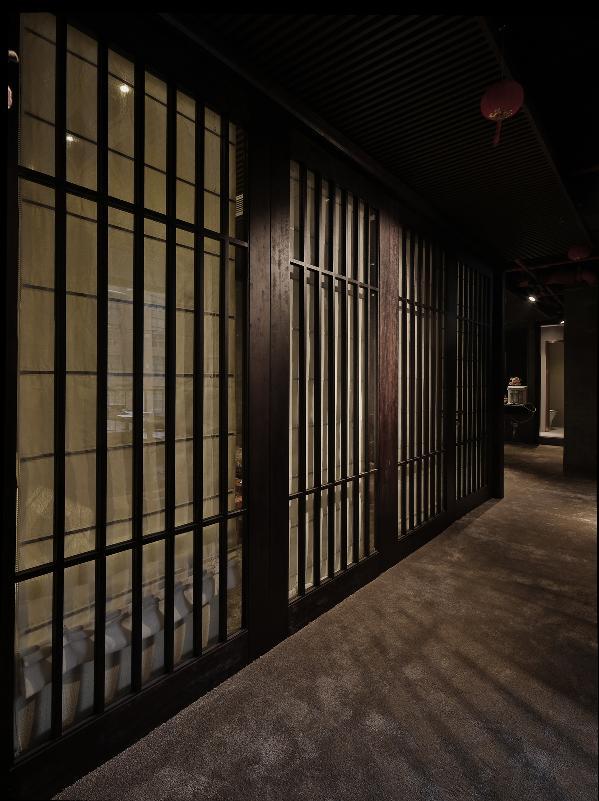在硬裝配飾上,用黑白灰的色調,以簡潔的造型,完美的細節,營造出時尚,現代的感覺。在酒吧區場景配飾上結合了中式元素。