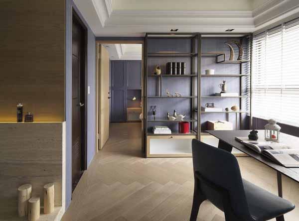 拥有动态的视觉层次,人字拼贴地坪由客厅一路延伸至卧房空间,与优雅的紫色搭配,展现复古与浪漫典雅。