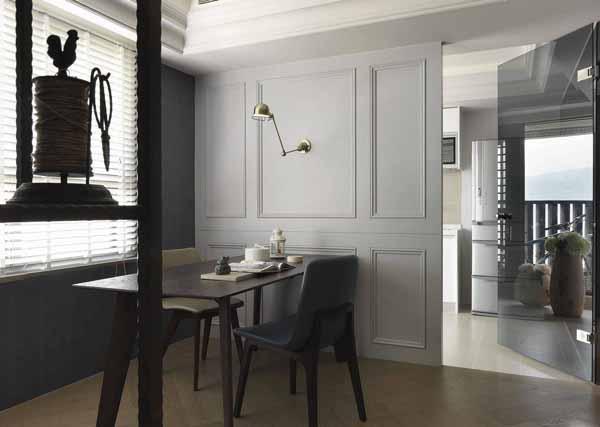 格局重新分配后,书房与厨房各自拥有独立的采光窗景;书房的大型工作桌因动线之便亦可胜任餐桌功能,让空间可以灵活运用。
