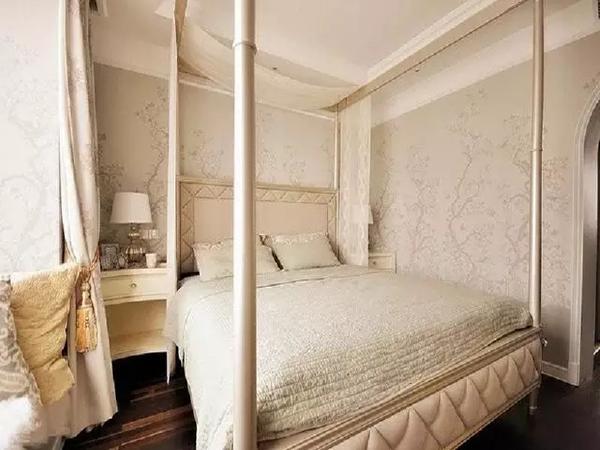 墙上枝叶肆意伸展,淡绿色床品色彩纯净、质地柔软,床上挂着帷幔,别添了一份朦胧、浪漫。