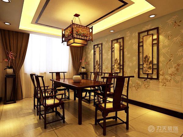 餐桌椅的选择上,我选用深木色的材质,墙壁贴浅色壁纸,并且挂上小幅的国画