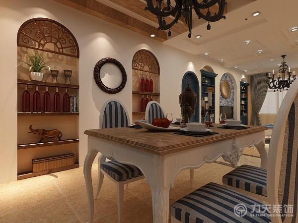 在厨房推拉门对面做成了餐厅背景墙,利用拱形门的造型做了壁式的装饰柜可以用来放置酒瓶和装饰品,使用餐处不会太枯燥。