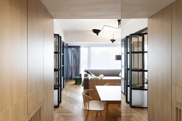 衣橱另一侧非常薄的黑色面板成为餐厅空间里对比强烈的一处背景
