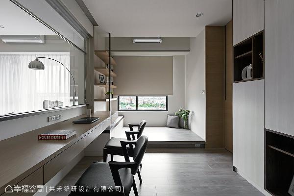 书柜采用门片与开放层板相互搭配,营造视觉上的活泼度,临窗还设计一处卧榻,可随兴欣赏户外的绿意风光。