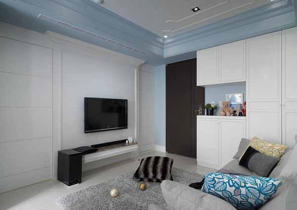 古典造型的电视墙为主影音娱乐设施的置放机能,并将卫浴与次卧的动线对称安排于两侧。