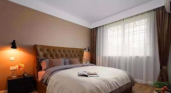 ▲ 卧室依旧延续简约风格,咖色调柔和沉稳,真皮床具舒适大气