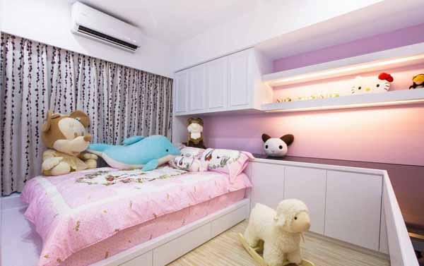 美式的白色基底中,带入粉紫色的甜美梦幻;沿梁体走向规划的收纳、书桌,在压迫感与机能运用的平衡中,完美配置孩房的机能需求。