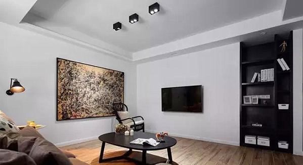 ▲ 一面白墙的电视墙面,简单到极致,一边巧妙隐藏的边柜,完全满足了各种设备收纳