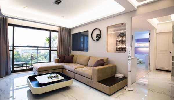 黑与白的时尚张力中,设计者纳入圆角的造型元素,带入活泼、圆润亲切的视觉效果,设计者以穿透的趣味将造型趣味延伸至客厅。