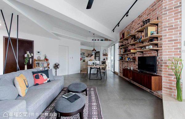 在卫浴不能动、厨房不能动的条件限制下,张成一设计师突破方方正正的格局观念,以打斜平行的电视墙、家具逻辑,加上灵活的环状动线,串联出自由、开放的空间型态。
