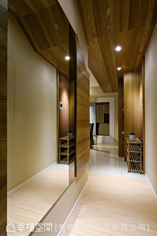 壁面饰以镜子质材,替狭小的空间带来放大效果;天花板则透过木作的斜屋顶造型,美化大梁结构。