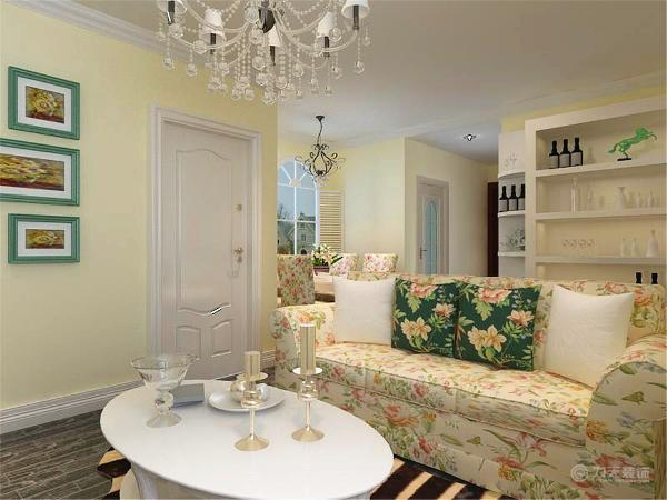 从图上可以看出,客厅的吊顶采用的平顶刷乳胶漆,四周贴角线。墙面以暖咖色乳胶漆为主