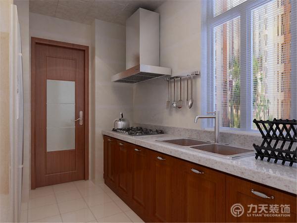 橱柜选择的是深胡桃色的吸塑板打的,在砖的选择上则选择了浅色的,可显得明亮干净。该户型的门其实是一个亮点,厨房门卧室还有卫生间的门不是一样的,是用了玻璃、皮纹和木质相组合而成的。很居特色。