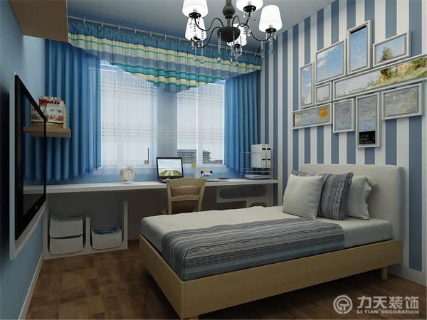 主卧是蓝白的背景墙,付以标志性的装饰,与挂画,次卧也以蓝白为主,简单却不单一,标志性的地中海装饰与风格靠窗边是隔板做的造型柜。