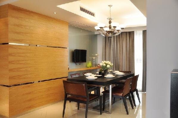 本身整个房间装修的就比较简单,因此餐桌也是很简洁的样式。业主考虑到餐厅空间比较大,因此在隔断的位置搭建一个简易的桌子,放个电视用餐的时候还能娱乐一下。