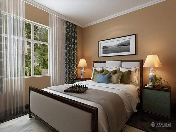 主卧室家具采用浅色的床和衣柜,所以在墙面通刷黄色乳胶漆,使空间看起来明亮些许。次卧室面积较小,只放得下小双人床和衣柜,整体采用浅咖色壁纸,壁纸和深木家具营造出和谐温馨的氛围。