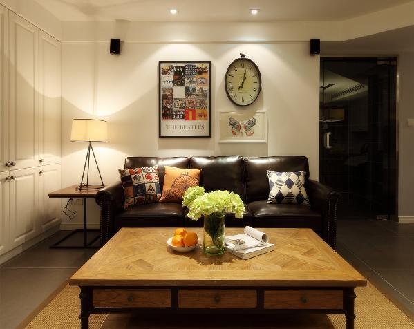 家里只有三个人,用不着多人沙发,既占空间,搭配也不显得美观,三人位的皮质沙发足够一家三口人坐在一起看看电视,聊聊天。暗花拼木的茶几既不单调也不显得复杂。