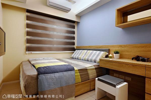 灰蓝色系的床头墙搭佐木作质材,调和一抹淡雅的人文气息;一旁的书桌同时兼具梳妆台,满足家人的生活机能。