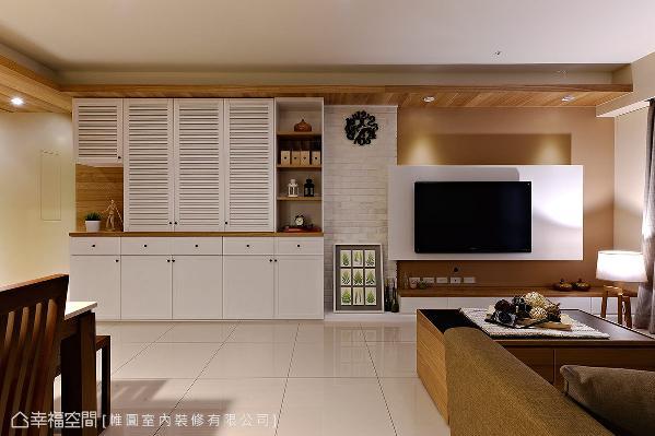 鞋柜与置物机能整并,透过白色系的外观设计,替温润的现代空间注入些许乡村气息。