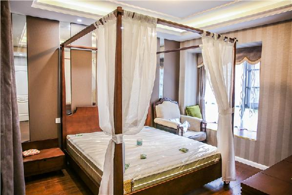 主卧房间比较大,张姐特意选购了自己喜爱的四柱床,美式气息颇浓。