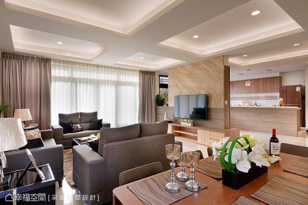 揉和木作与石材打造电视墙,其自然纹理替空间挹注些许生气,半开放式的墙体更巧妙界定客厅与厨房领域。
