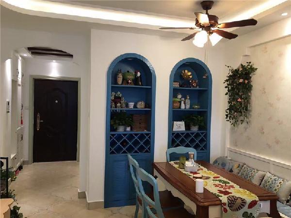 家中的墙面处(只要不是承重墙),均可运用半穿凿或者全穿凿的方式来塑造室内的景中窗。这是地中海家居的一个情趣之处。
