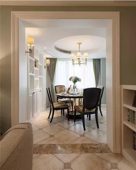 墙面用浅蓝墙漆与白色花朵的壁纸搭配组合,打破单一色彩带来的单调感,又  融合的非常自然舒服,让整个大厅优雅而有活力。