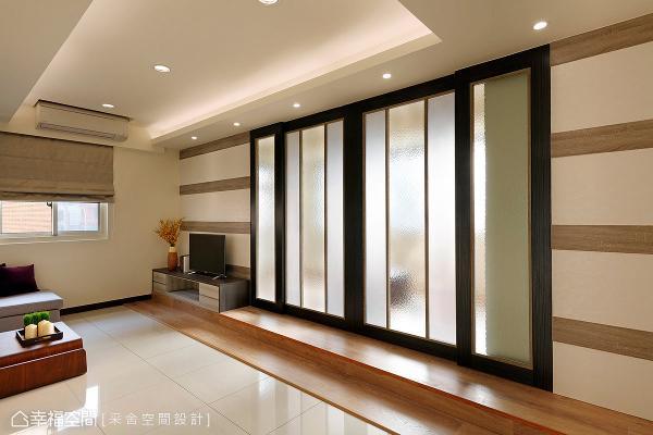 将和室的推门拉上后,小客厅隐然成为另一处活动区,而自然光从雾玻推门穿透,适度的光源引入也照亮室内空间。