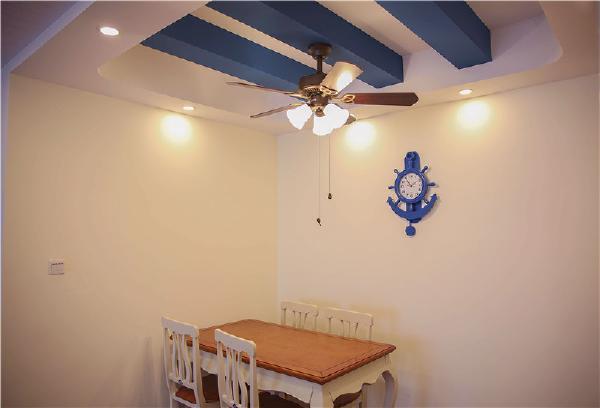 在厨房的设计中,用半弧形来搭配,在墙砖和地砖都采用斜拼的方式,让整个空间增添一些主题个性,在室内中家具的搭配也是非常融合的,体现出整体性