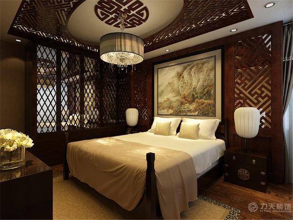 卧室地面是木地板,床头背景也是由木制品做成,衣柜是木色的,衣柜里边还放了镜子,顶面也做了灯带,在吊顶四周又加了顶面隔断,卧室里贴了素色壁纸。