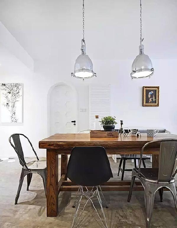 ▲ 原户型厨房小,和餐厅中有一根大柱子,拆墙后把厨房打开,齐柱子一边包成了一个小储藏室