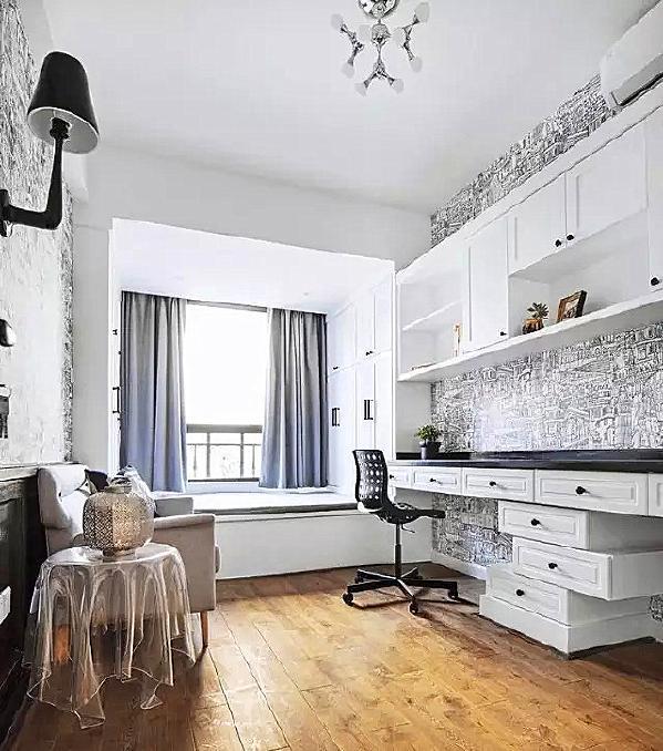 ▲ 书房空间,简单中也有一些灵巧的设计和新意,不对称设计的抽屉和书柜都显示出小心思