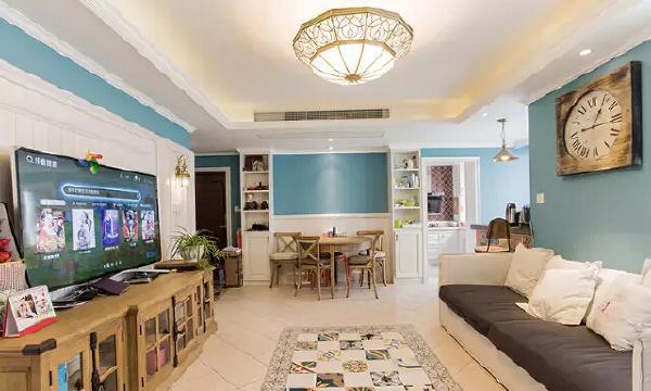 进入客厅最先看到的是自然风满满的原木餐桌椅,旧旧的色调,勾勒出复古  雅韵。
