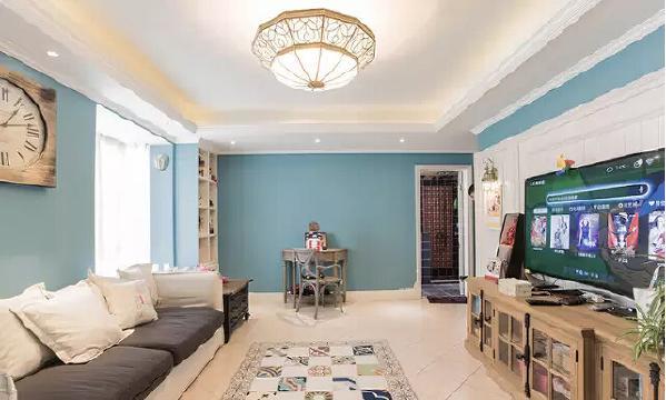 客厅空间开阔,浅蓝色调明朗温馨,配上白色的沙发和深色的家具,一种惬  意的欧洲乡村风情就营造出来了。