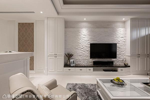 运用粗犷面材的文化石作为电视主墙,质朴的肌理与纹路,堆积出温暖亲和的人情况味。