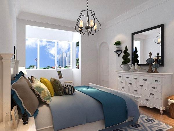 卧室的门也是以拱形样式去搭配,卧室的窗帘也是由白蓝色的构成,这样更突显出地中海的特点。