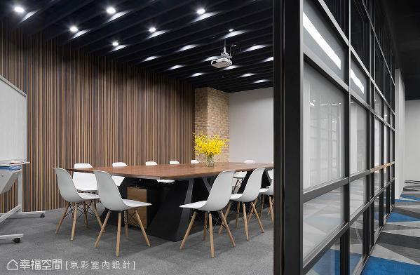 以雾面及轻玻璃拉门作为与办公区的屏隔,内部桌椅也是使用带有北欧现代感的家具。