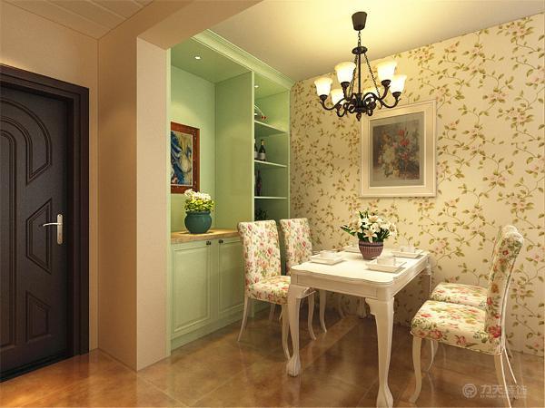 客餐厅的墙面整体通刷米黄色色的乳胶漆,在电视背景墙和餐厅背景墙运用相对明亮,鲜艳颜色的花壁纸,使空间有层次感,稍显明亮。沙发和沙发垫选用了白色淡蓝花的布艺,清新雅致。