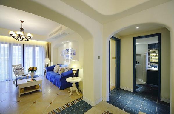 整体家居选用地中海风格家具,整体色系蓝色系搭配彩色软配饰,造型简约。