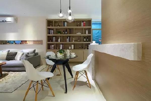 餐厅和客厅共处一室,墙壁同样是木饰面,与电视背景墙相呼应,看起来更  加的柔暖细腻。