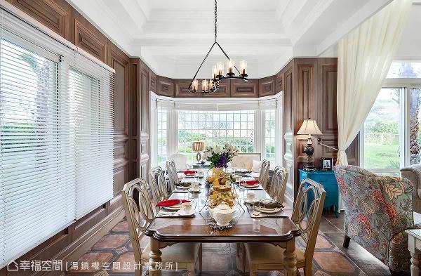 优雅质感的餐桌椅搭配,加上从窗户引入的绿意景致,宛如享受一场欧风花园的美妙飨宴。