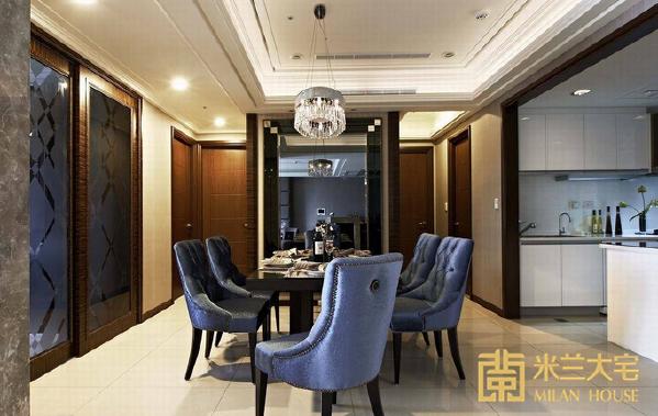 位于动线中心的餐厅,主墙的造型设计分外重要;设计师以华美的画中画概念,透过黑镜、灰镜,以及精细的金箔画框收边,层层展放产生向外扩张的视觉效果。