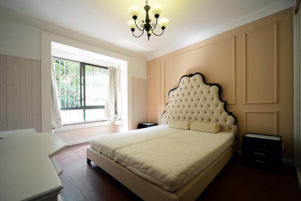 主卧的欧式大床搭配暖粉色护墙板造型体现出了女主人温婉恬静的性格特征。