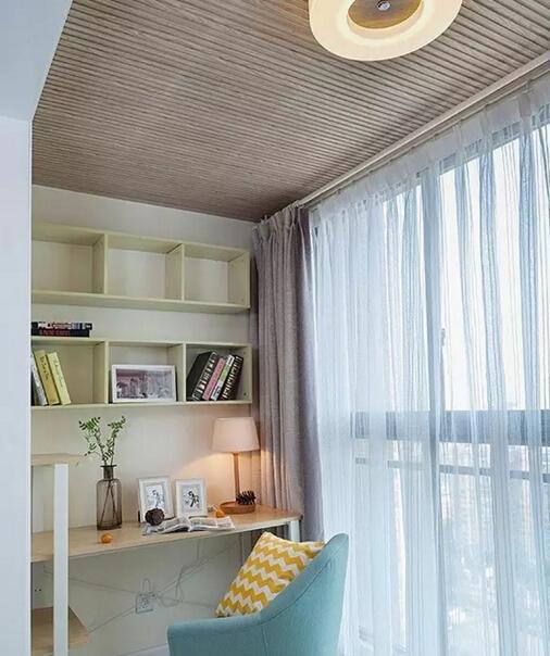 阳台做成了小书房,每天在惬意的阳光下,有美丽的风景陪伴着,在这里  工作看书多么悠闲自在。