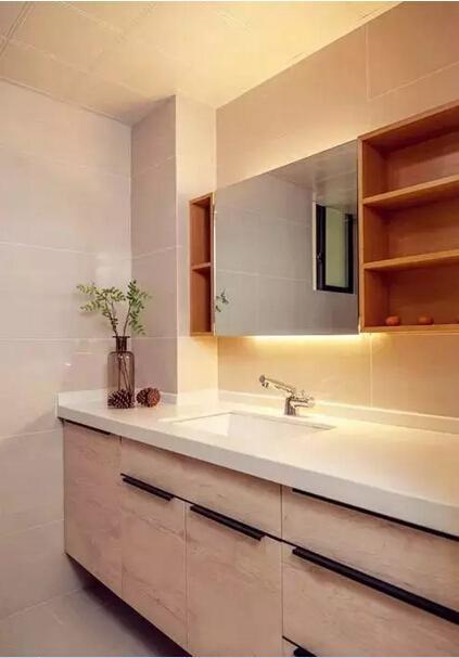 将木质元素用在卫生间中,往往会收到意想不到的效果,木质的镜柜和浴  室柜,带来纯天然的舒适感。