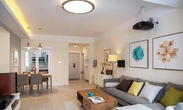 客厅非常宽敞,浅色墙面和木地板堪称绝配。